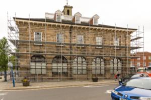 Independent scaffolding around the Warwick Museum.